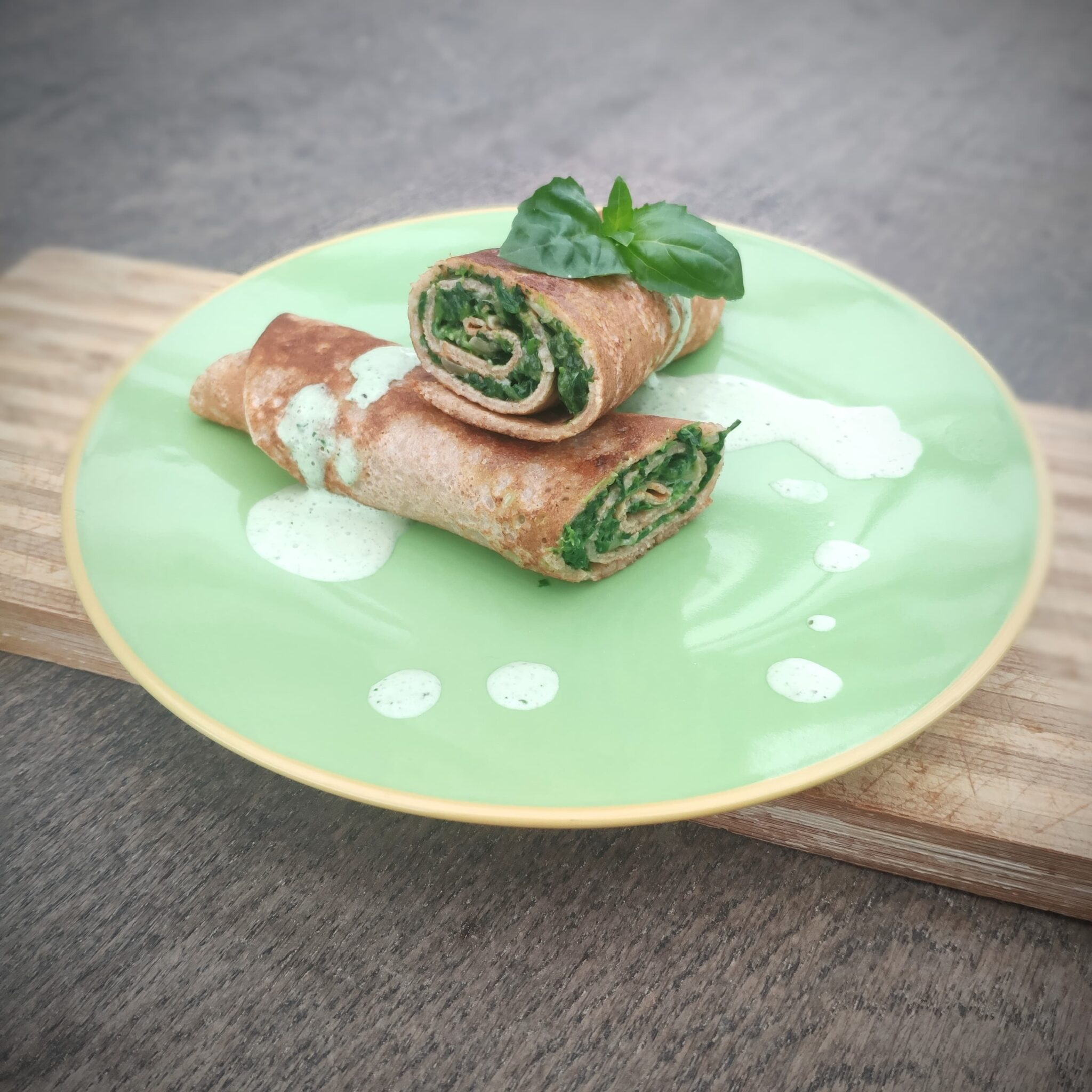 Pełnoziarniste naleśniki ze szpinakiem i sosem bazyliowym